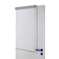 Flipchart an einer Tür befestigt