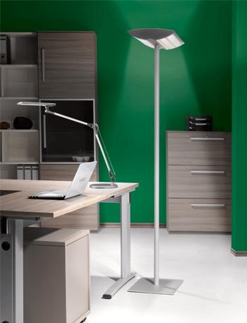 Büro mit Schreibtischlampe und Stehlampe